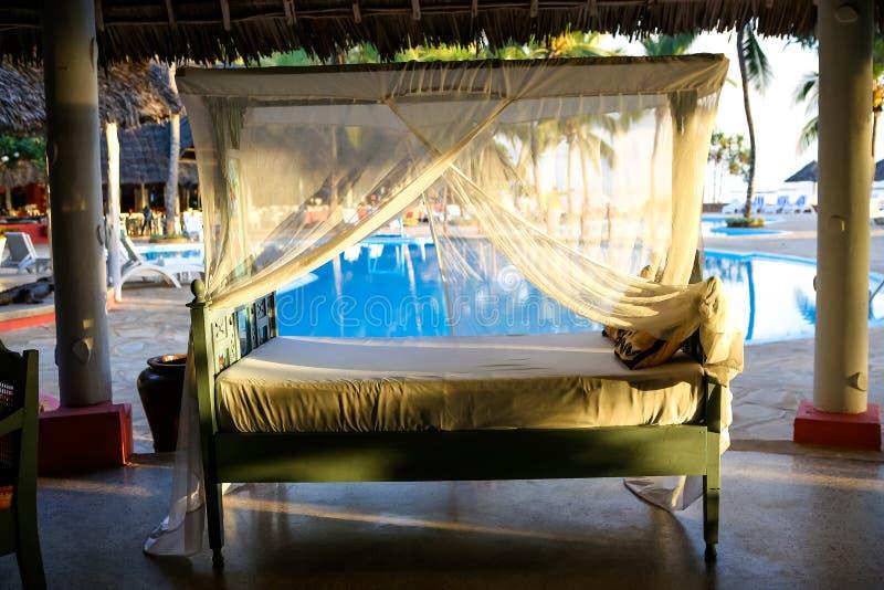 Encalhe com vadios do sol e um lugar para o resto no por do sol Um beauti fotografia de stock royalty free