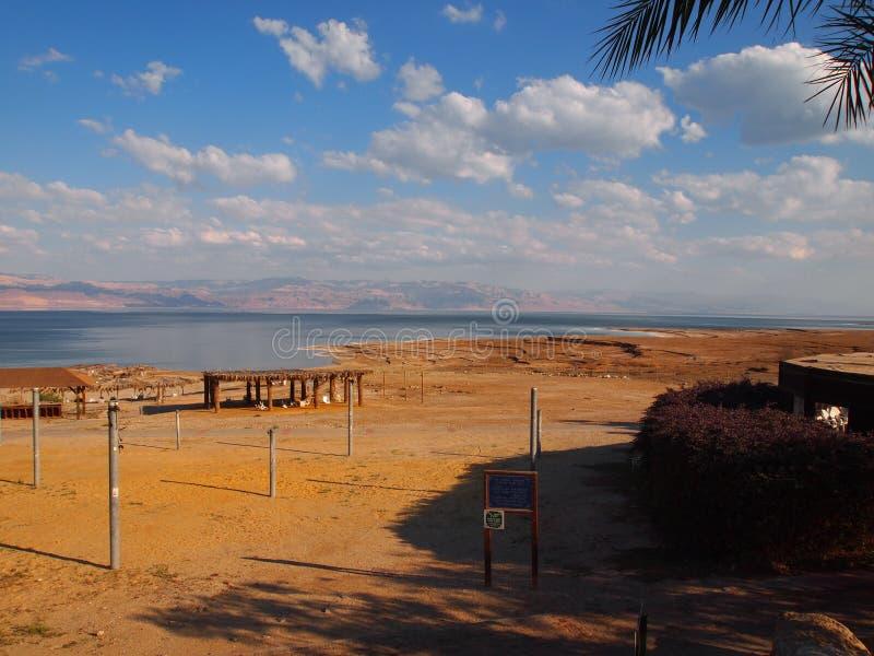 encalhe e a costa do Mar Morto Israel e a costa de Jordânia fotografia de stock