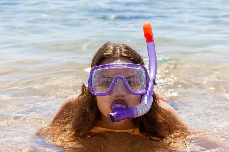 Encalhe a mulher do divertimento das férias que veste um tubo da máscara para nadar na água do oceano Retrato do close-up de uma  imagens de stock royalty free