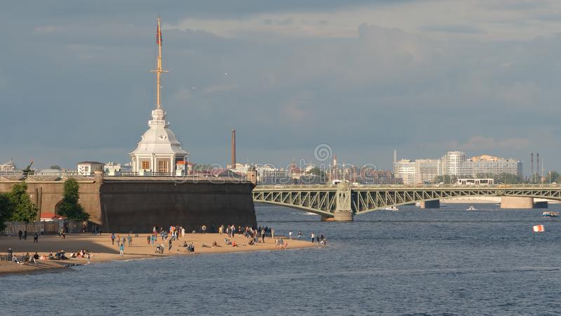 Encalhe na costa de Peter e Paul Fortress e a ponte de Troitsky imagem de stock royalty free