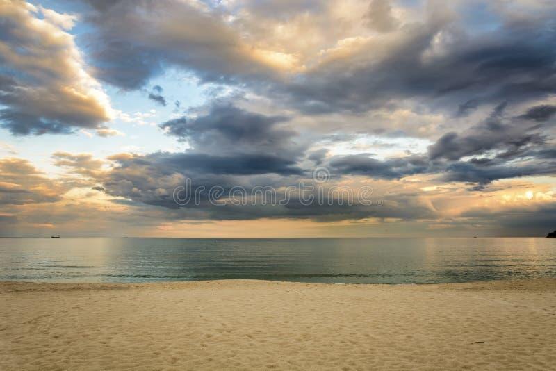 Encalhe no por do sol, nuvens dramáticas sobre o mar foto de stock royalty free