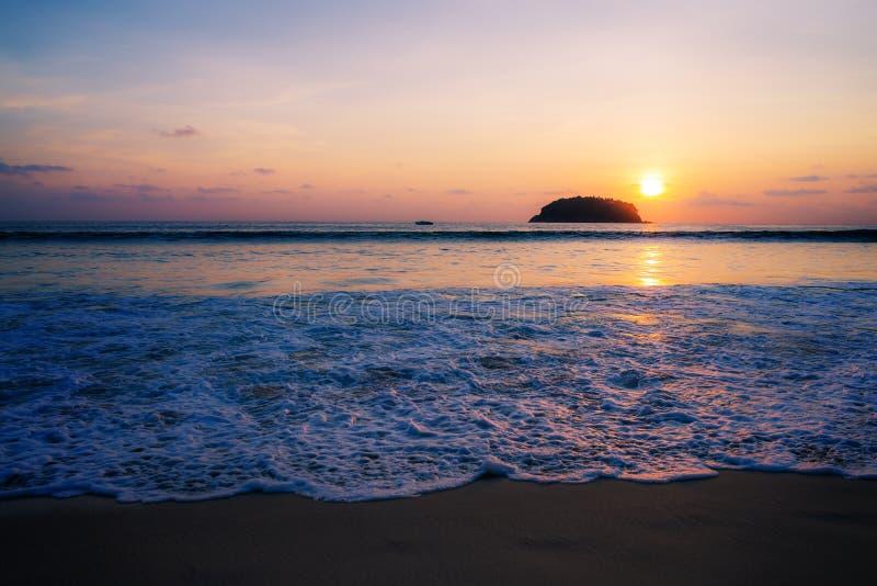 Encalhe o por do sol ou o nascer do sol com o colorido do céu e da nuvem no twilig imagem de stock royalty free