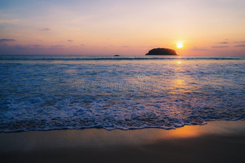 Encalhe o por do sol ou o nascer do sol com o colorido do céu e da nuvem no twilig foto de stock royalty free