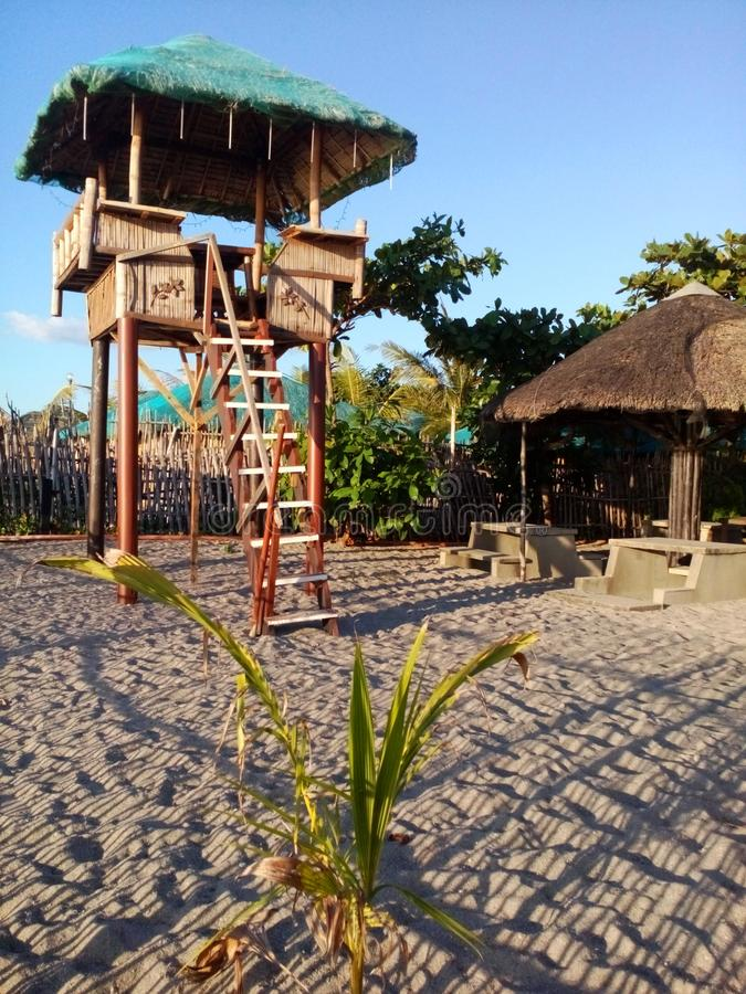 Encalhe a torre na praia de Pundaquit em San Antonio, Filipinas fotos de stock