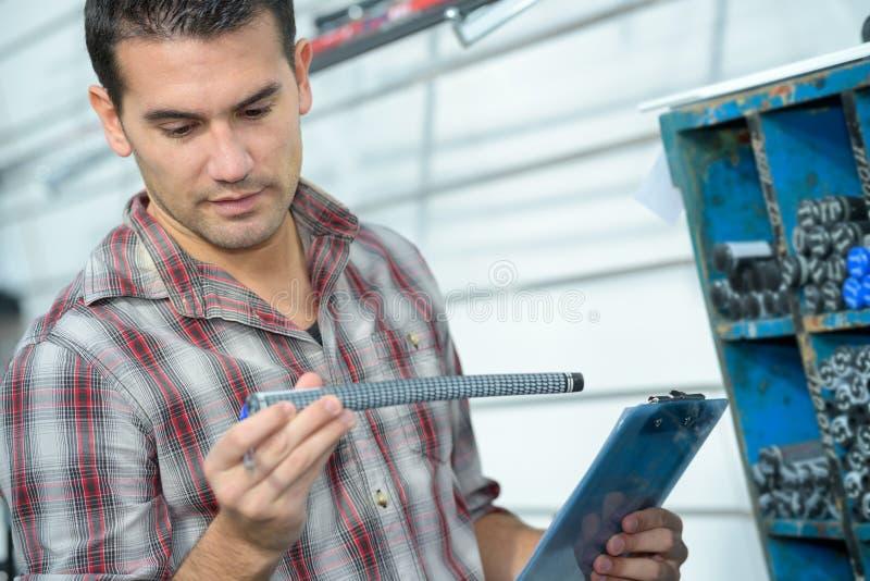 Encanador masculino considerável que guarda a tubulação do dissipador fotografia de stock royalty free