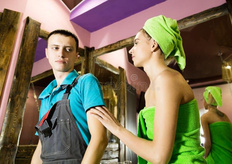 Encanador que tem a namoradeira com moça em casa homens com o cliente fêmea novo antes da namoradeira imagem de stock