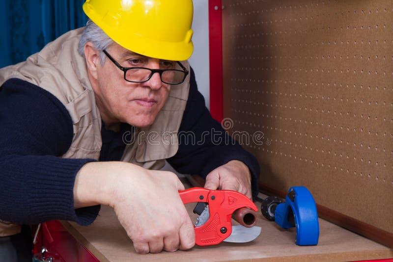 Encanador que trabalha com tubulações fotos de stock