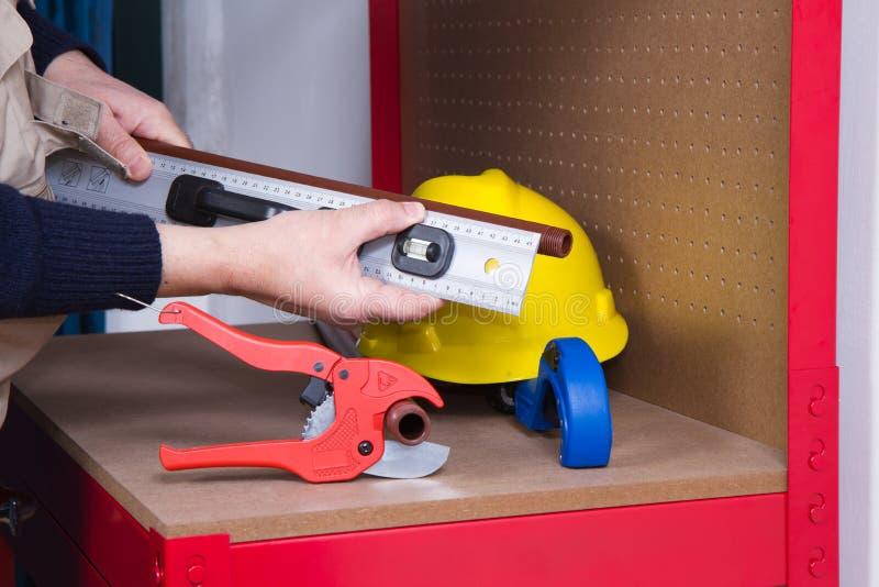 Encanador que trabalha com tubulações imagens de stock