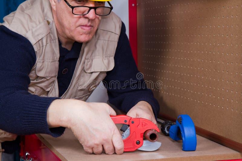 Encanador que trabalha com tubulações foto de stock