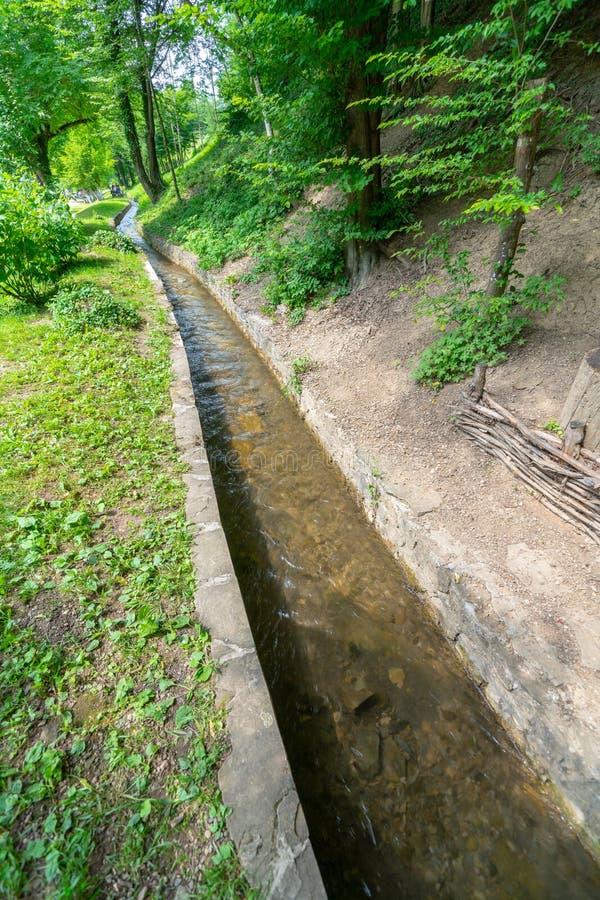 Encanamento da água de Balcãs na Museu-reserva de Etera em Bulgária fotografia de stock