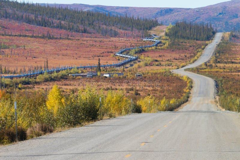 Encanamento de Transporte-Alaska ao longo da estrada de Dalton à baía de Pudhoe em Alaska imagens de stock