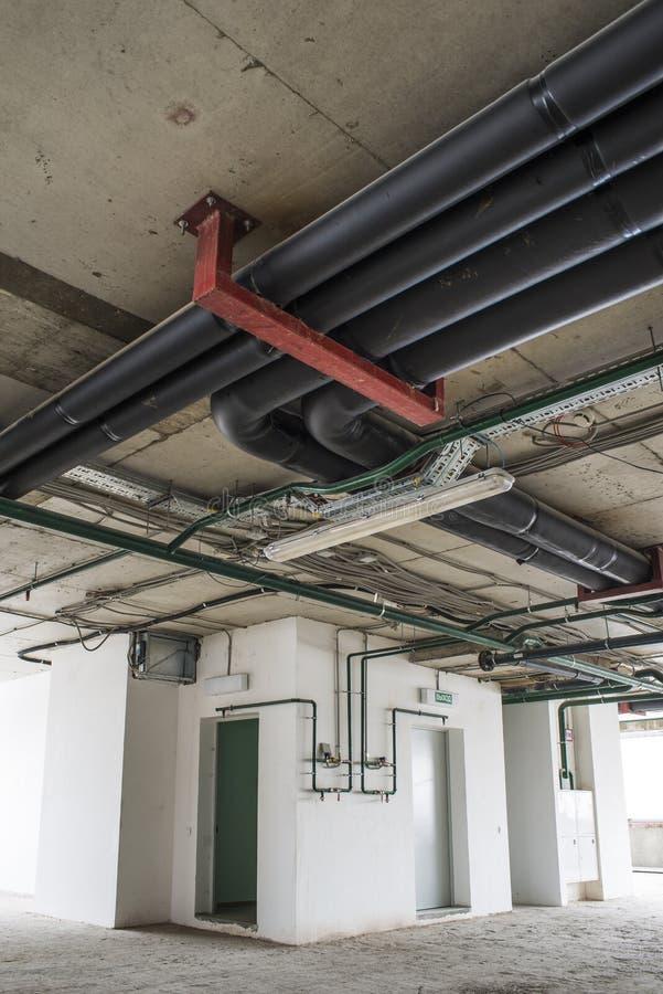 Encanamento no teto Interior sob a construção fotografia de stock