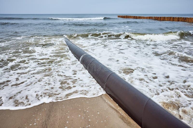Encanamento oxidado em uma praia fotografia de stock