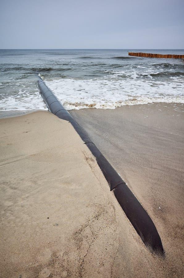 Encanamento oxidado em uma praia foto de stock royalty free