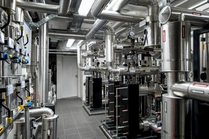Encanamento térmico do central elétrica na fábrica moderna imagem de stock