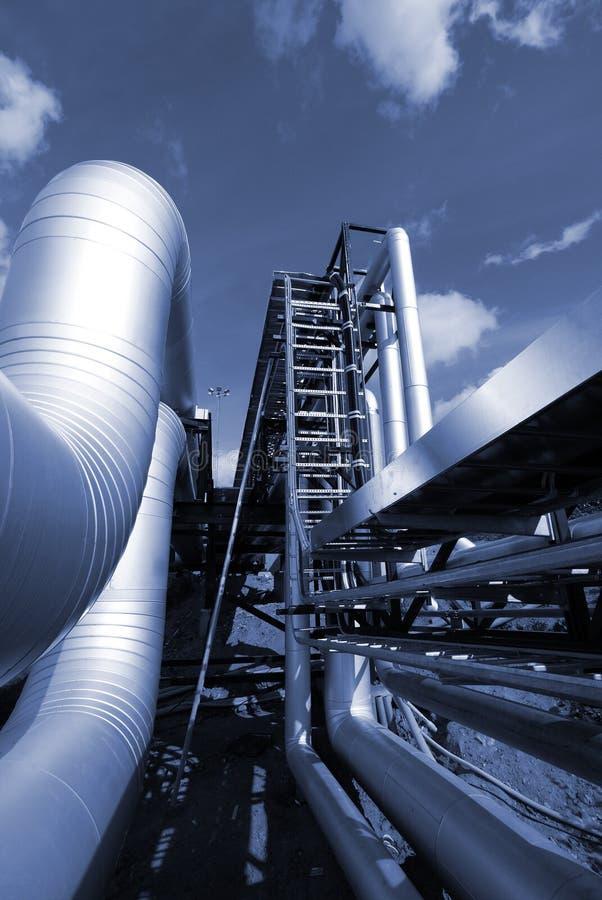 Encanamentos industriais no tom azul imagem de stock