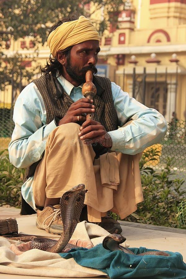 Encantador de serpente nas ruas de Nova Deli fotos de stock royalty free