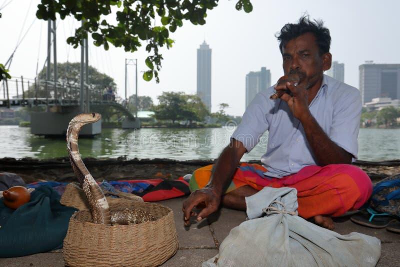 Encantador de serpiente de Colombo en Sri Lanka fotografía de archivo