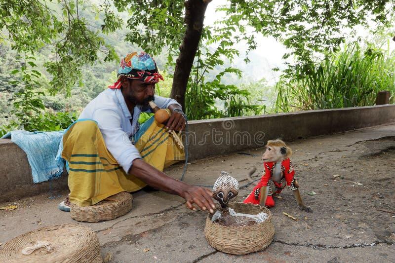 Encantador de serpiente con la cobra en Sri Lanka imagen de archivo