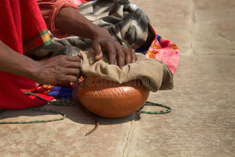 Encantador de serpiente pasado (Bede) de Benares imágenes de archivo libres de regalías