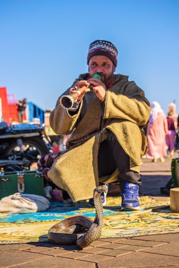Encantador de serpiente que juega la música, Marrakesh, Marruecos fotos de archivo