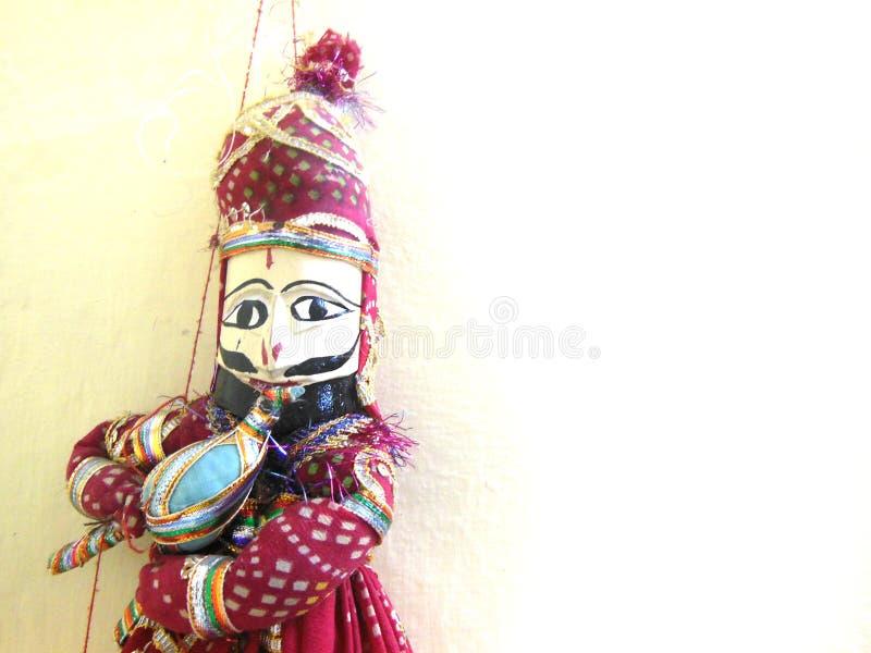Encantador feito à mão do rei de fantoche Snake de Rajasthani do indiano que joga o feijão com espaço vazio para a mensagem ou o  imagem de stock