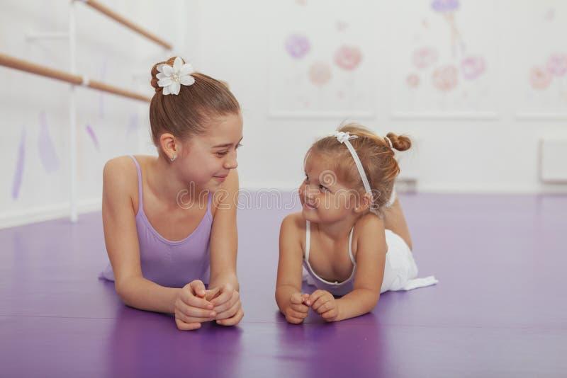Encantando duas bailarinas novas que praticam na classe do bailado imagens de stock royalty free