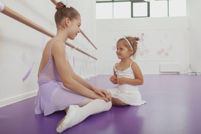 Encantando duas bailarinas novas que praticam na classe do bailado fotografia de stock royalty free