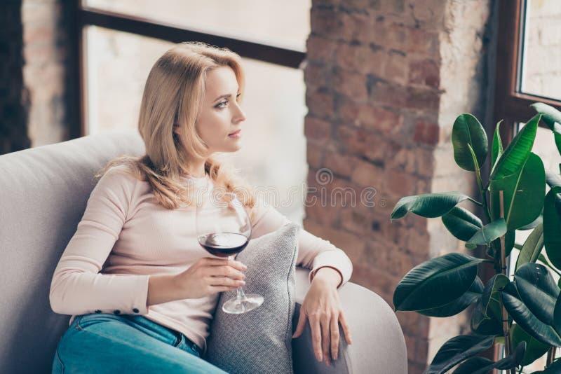 Encantando, mujer atractiva, bonita, elegante, comiendo el vidrio de vino imagenes de archivo