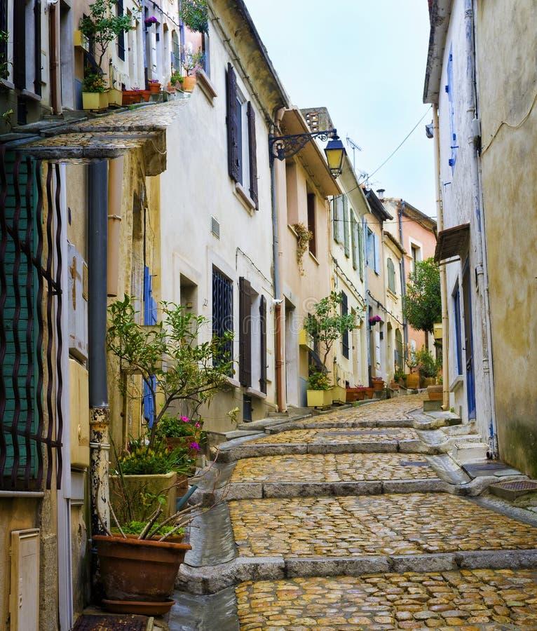 Encantando, rua colorida, Arles France fotografia de stock