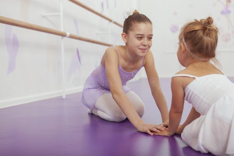 Encantar a dos bailarinas jovenes que practican en la clase del ballet imagenes de archivo