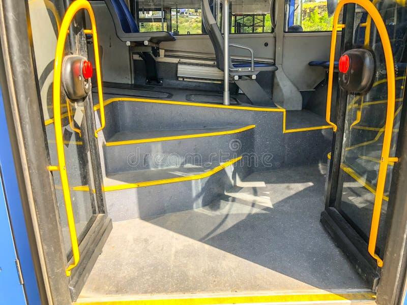 Encante la puerta de cristal con la barandilla y los pasos en el autobús de la ciudad Ciérrese encima de tiro imágenes de archivo libres de regalías