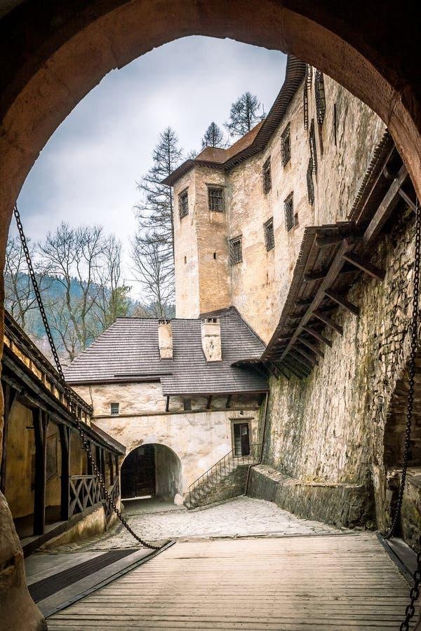 Encante la puerta en el castillo medieval de Orava, Eslovaquia fotos de archivo libres de regalías