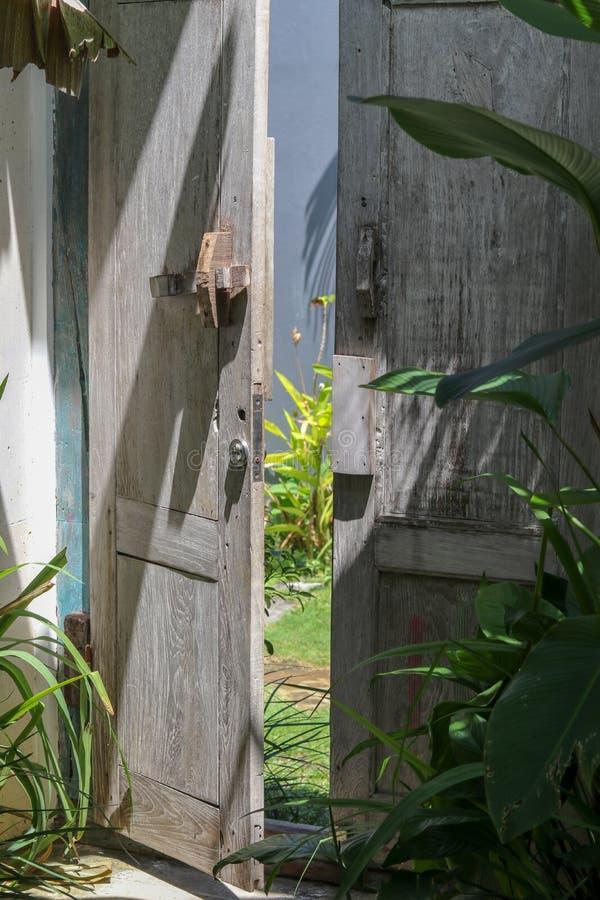 Encante una puerta con las plantas tropicales verdes de un chalet en Canggu fotografía de archivo libre de regalías