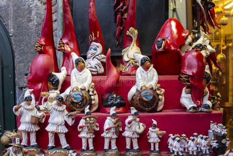 Encanto afortunado de Pulcinella y cuernos rojos en la tienda de souvenirs en Nápoles imagenes de archivo