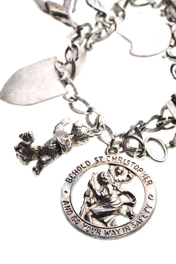 Encanto antiguo de la medalla del St. christopher en la pulsera foto de archivo