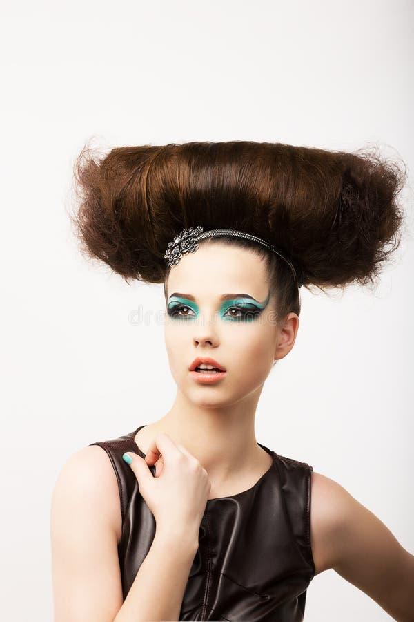 Encanto. Vitalidade. Retrato do Brunette incomum com penteado festivo extraordinário imagem de stock royalty free