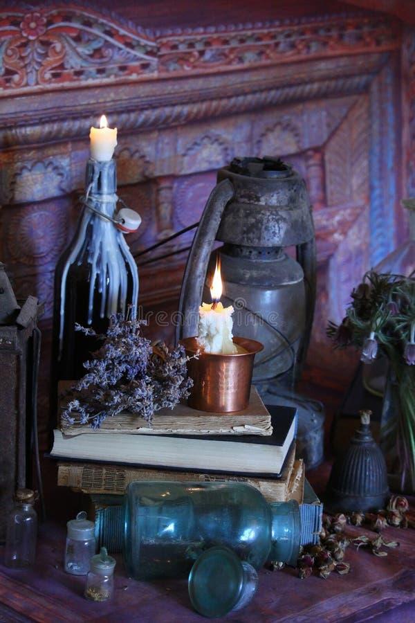 Encantos mágicos negros Encantos e hierbas de Wiccan imagenes de archivo