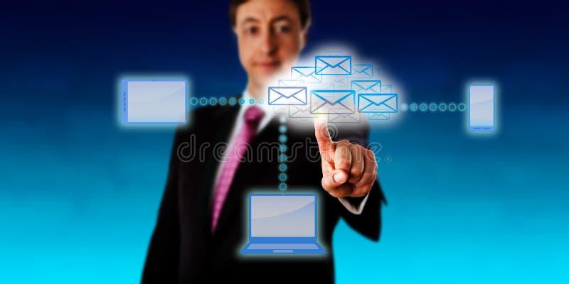 Encargado Accessing Email Via una red elegante imagenes de archivo