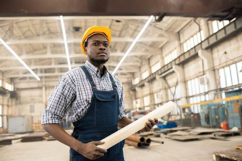 Encargado afroamericano confiado de la construcción en el lugar de trabajo imagenes de archivo