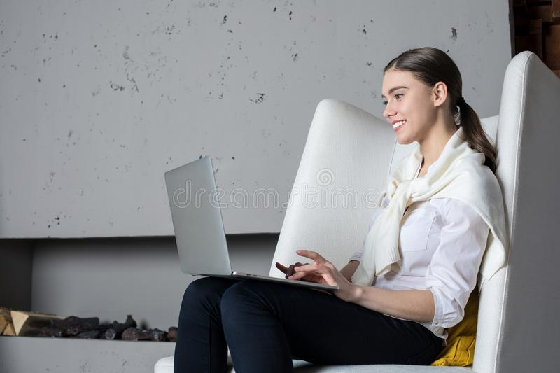 Encargado alegre joven o teclado profesional en el ordenador portátil portátil, sentada del contenido de la mujer del escritor en imagenes de archivo