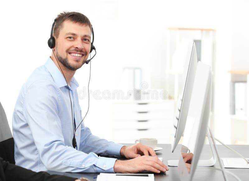 Encargado asesor de sexo masculino con las auriculares fotos de archivo
