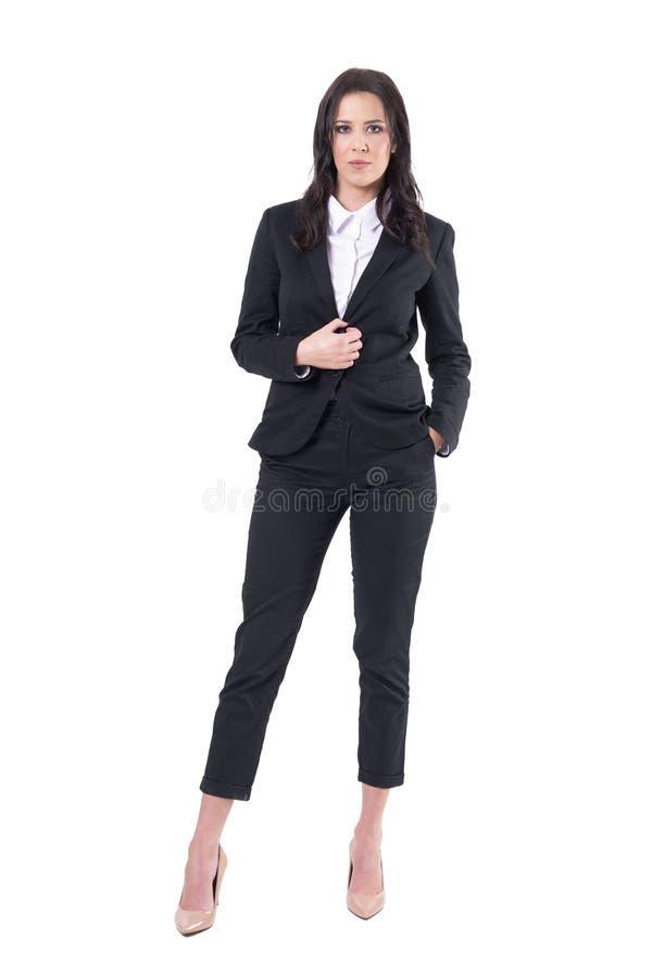 Encargado corporativo de sexo femenino elegante en el traje de negocios que presenta y que sostiene el botón fotos de archivo libres de regalías