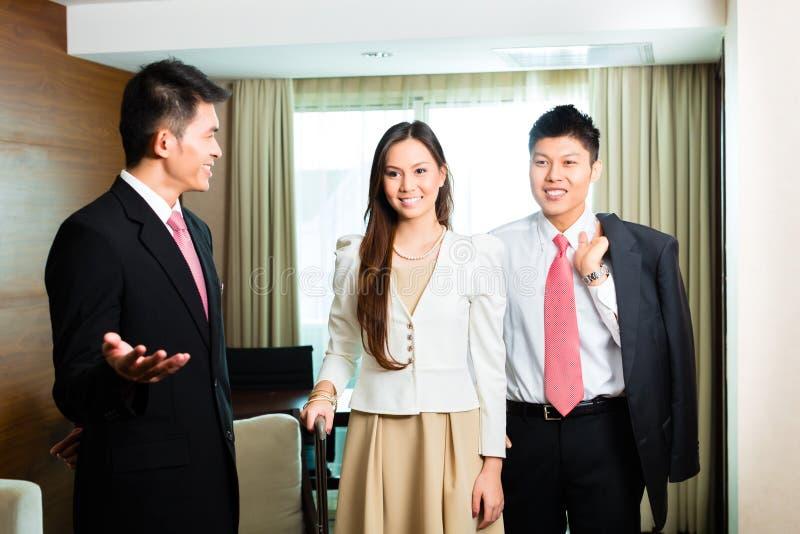 Encargado de hotel chino asiático que presenta la habitación fotos de archivo libres de regalías