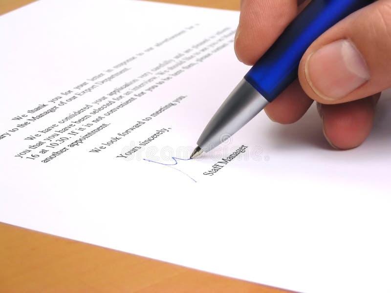 Encargado de personal que firma una letra foto de archivo