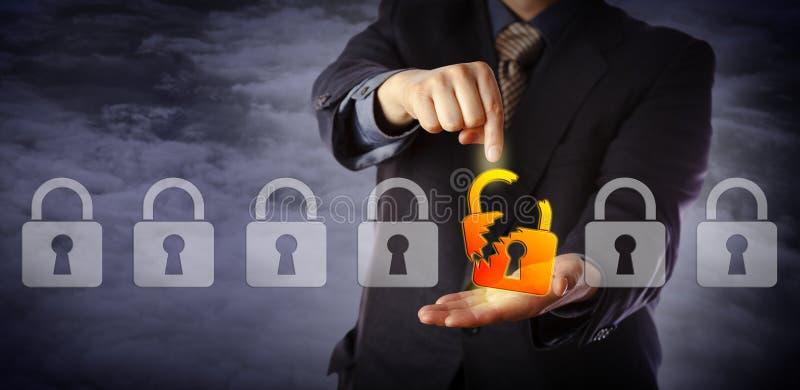 Encargado de seguridad Identifying Cyber Attack foto de archivo libre de regalías