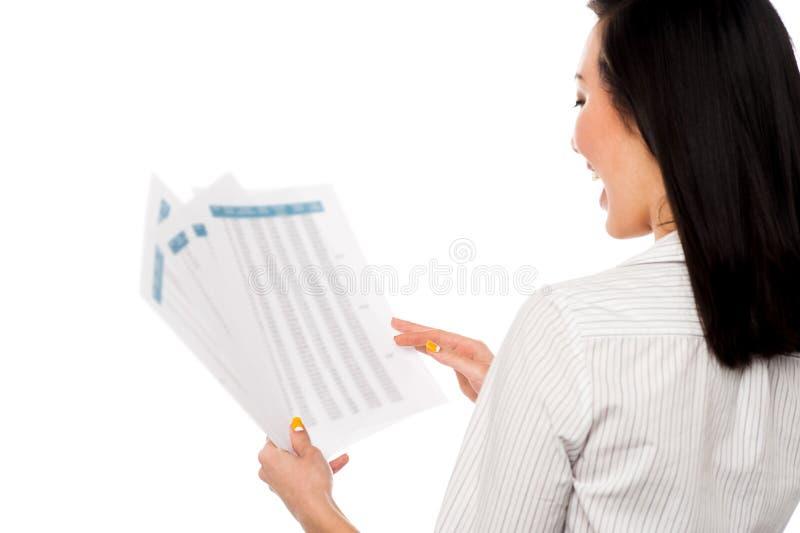 Encargado de sexo femenino alegre que lleva a cabo informes de negocios imágenes de archivo libres de regalías