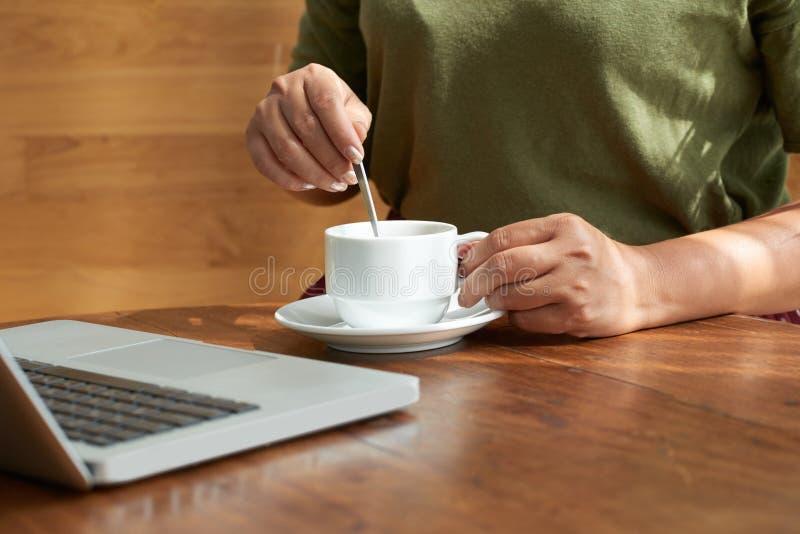 Encargado de sexo femenino que trabaja del café imagen de archivo