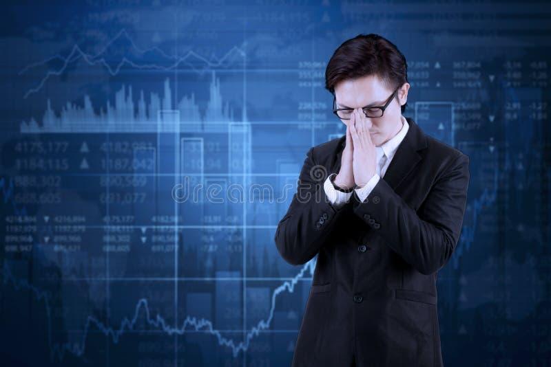 Encargado de sexo masculino con la disminución de estadísticas financieras foto de archivo libre de regalías