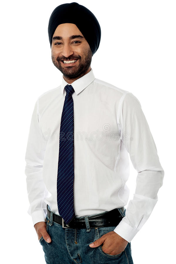 Encargado de sexo masculino sonriente que presenta ocasional imagen de archivo